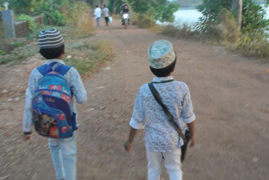 子どもたちが学校に行くところに出くわしました。