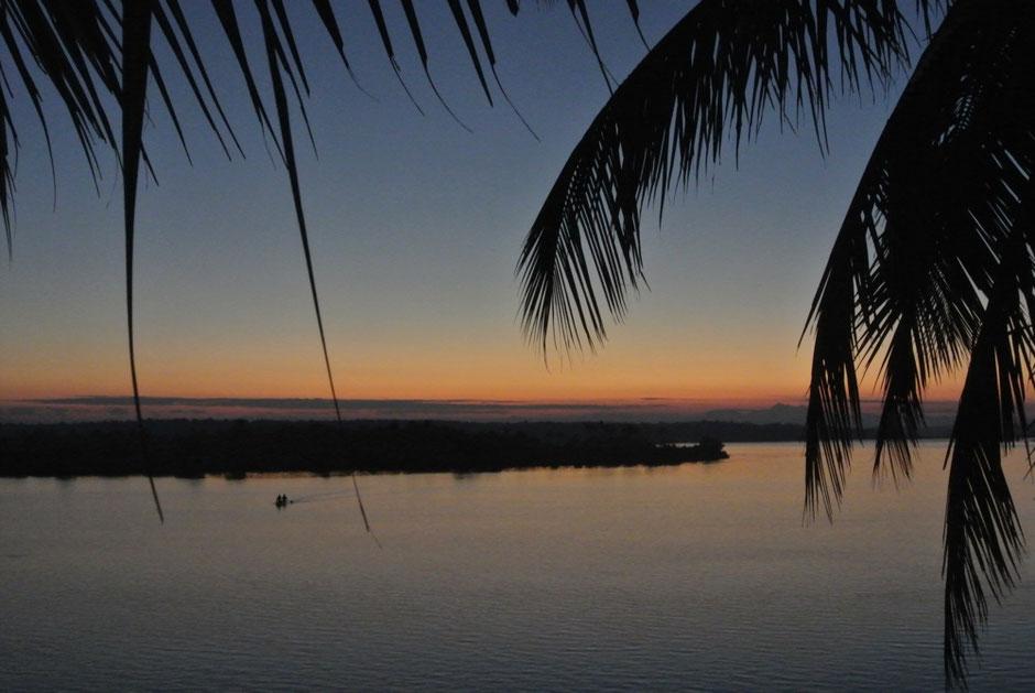 夜明け前の神聖な空気の中お祈りが流れます。辺りのマングローブからは生き物たちが営みを始める鳴き声が聞こえます。