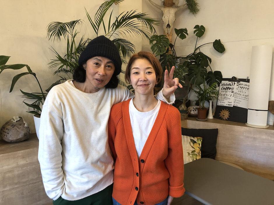 写真左:花嶋オーナー、写真右:妻の加奈子さん