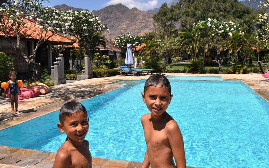 Genieten van het zwembad in het Adi Assri hotel