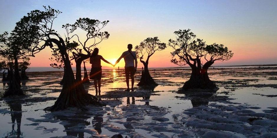 De zonsondergang vanaf het strand van Walakiri aan de noordoost kust van Sumba