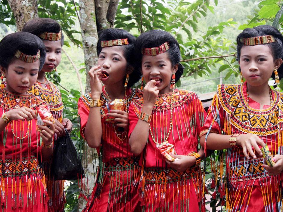 Traditioneel gekleede meisjes van de Toraja bevolking op Sulawesi