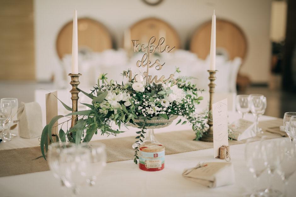 centre de table mariage coupe en verre et composition florale champêtre chic