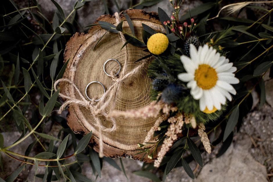 porte alliance champêtre rustique rondin de bois et fleurs des champs