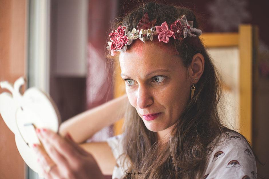 Confection artisanale d'une couronne de fleurs en tissus et papiers pour un mariage thème Japon en rose, rouge et blanc par La mariée en fleur. Crédit photo: Sophie Bachère