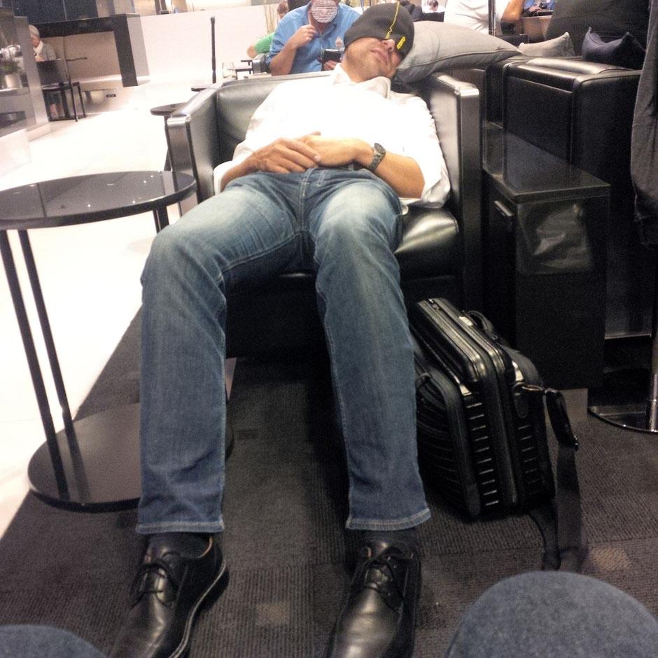Schlafen am Flughafen - Dank somnikap der Schlafmütze.