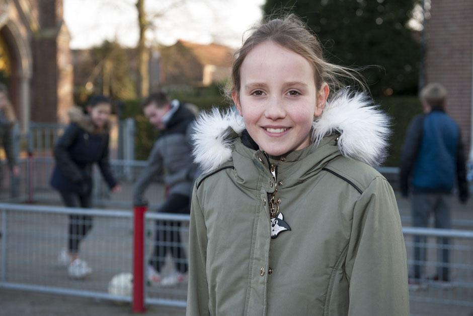 Kinderburgemeester Lara van Son op het schoolplein van 'De Linge' © TekstEnPlaat.nl