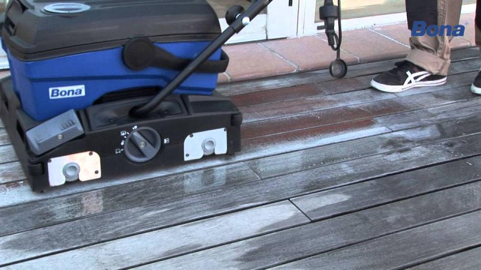 Foto: Effektivste Grundreinigung mit dem Power Scrubber ohne abrasive Nebenwirkungen am Terrassenholz