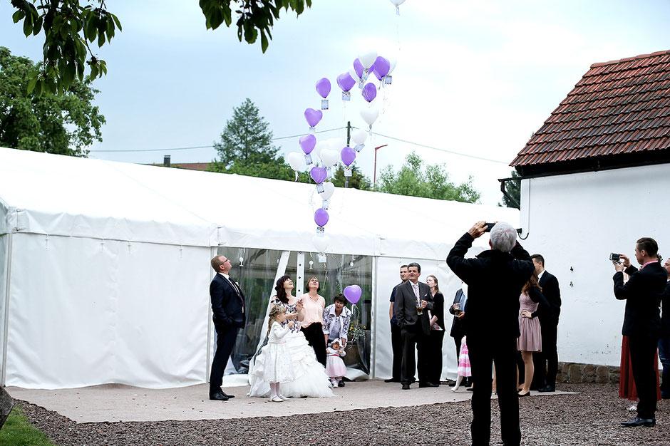 heliumluftballons steigen lassen, Luftballons zur Hochzeit, feiern im partyzelt, partyzelt