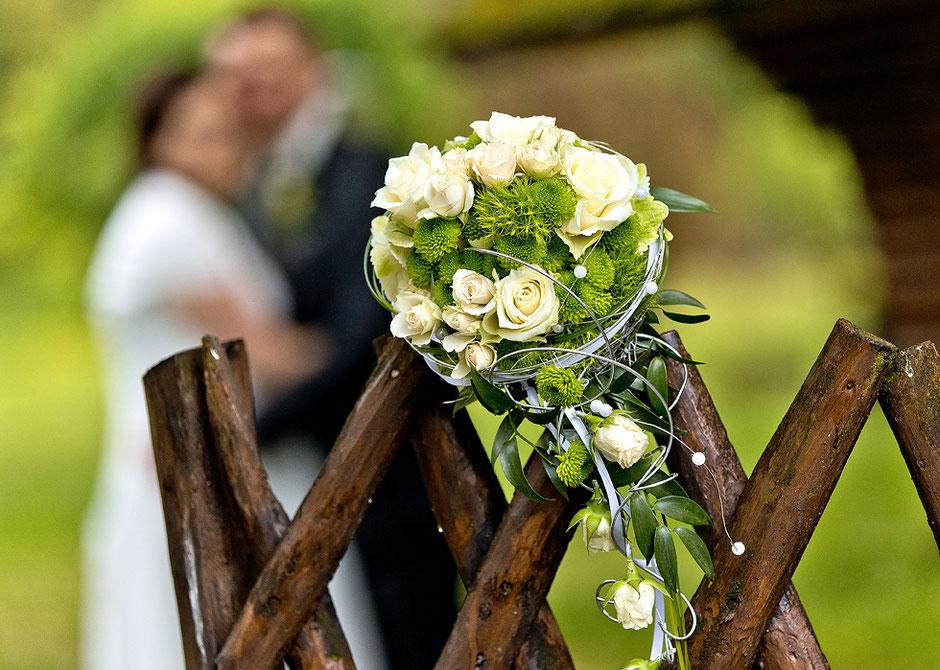 Brautstrauß grün weiß, hochzeitsfotos im grünen, hochzeitsfotos im park, villa willisch park
