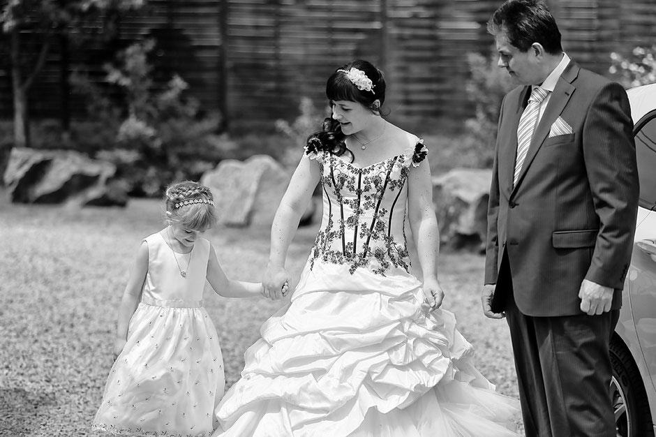 brautvater, blumenkind, braut, heiraten im Schmiedelandhaus in Greifendorf, hochzeitsfotograf erzgebirge