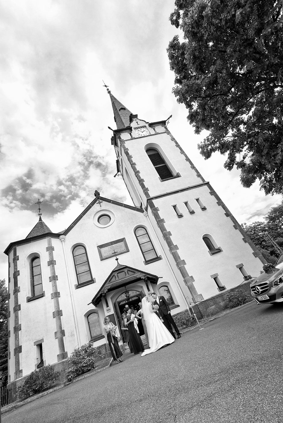 Kirche albernau, zschorlau, Fotograf zschorlau, hochzeit zschorlau, hochzeitsfotos, himmel. brautpaar