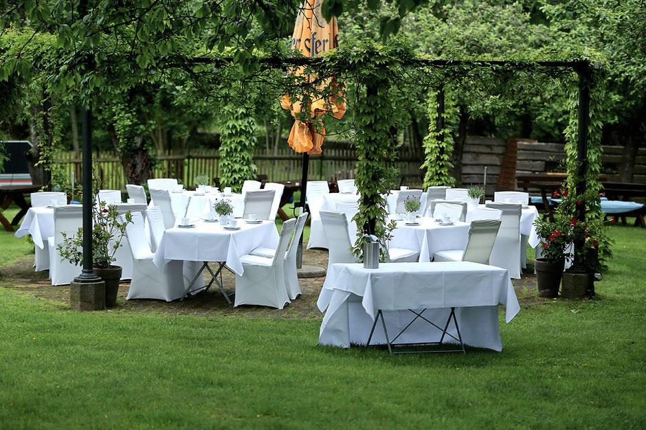 Hochzeit feiern im freien, garten im Schmiedelandhaus in Greifendorf, heiraten in hainichen, heiraten in rossau