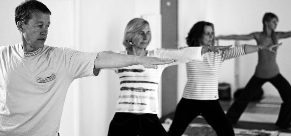 La position de Hatha Yoga du guerrier cultive un ancrage, une force en nous. Elle procure un bien-être physique et mental.