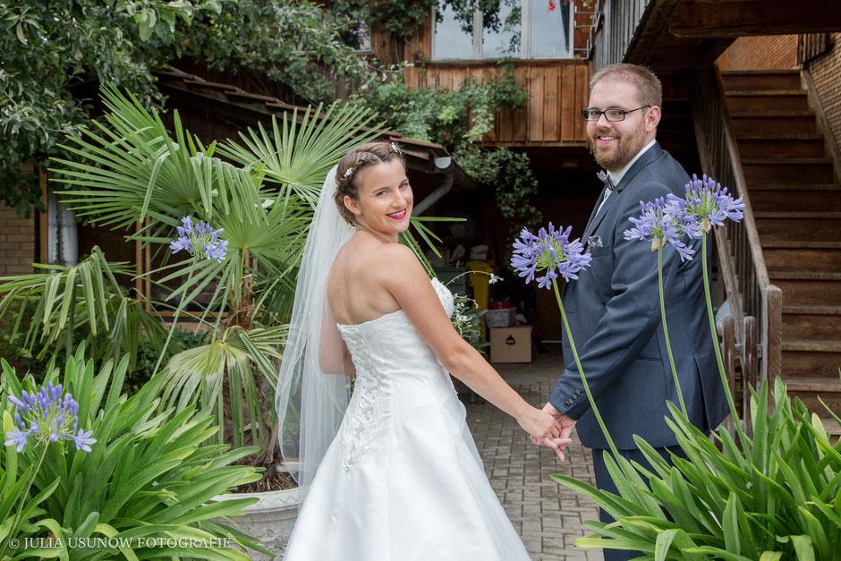 glückliches Brautpaar an einer august hochzeit