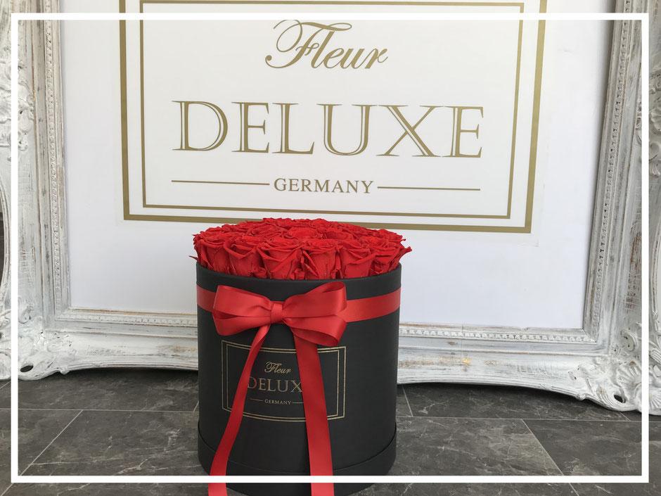 Eine mittelgroße Blumenbox, Flowerbox mit weißen Rosen. Die Box ist erhältlich in den Farben: Weiß, Creme, Schwarz und Rosé