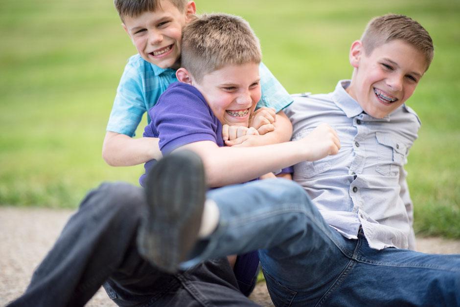 Die Jungen finden unter den gleichaltrigen schnell neue Freunde. Dies kann in der Pubertät bei Jungen manchmal schwer sein.