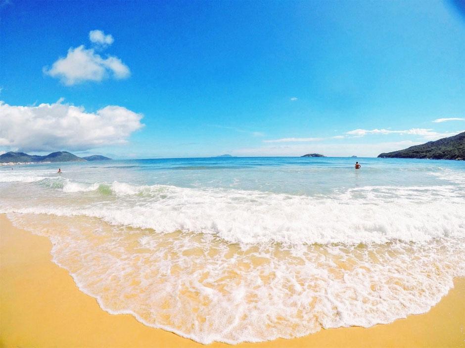 Traumhafte Strande und kristallklares Wasser sind gut für die Psyche von Vater und Sohn.