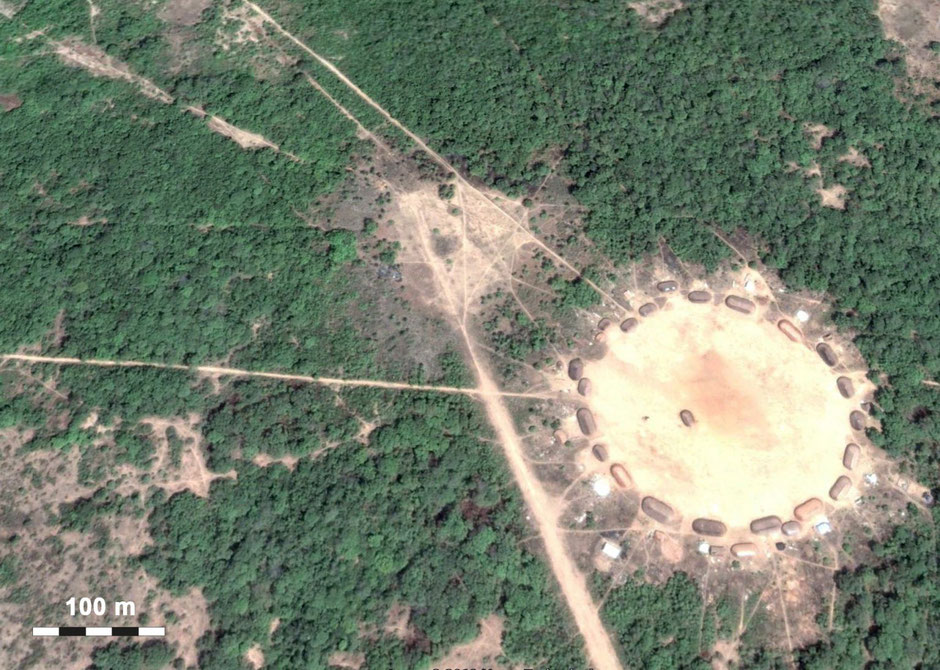 Large roads and winding trails radiate out of the circular indigenous village of Upper Xingu in Brazil (D. R.).