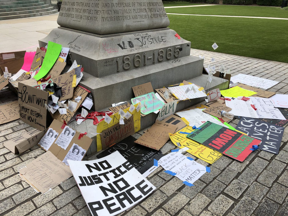 Protest in front of the monument (source J.B.)
