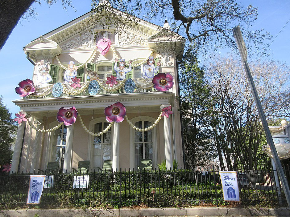 House float on St. Charles avenue where usually there are carnival floats (Infrogmation of New Orleans via Wikimedia Commons)