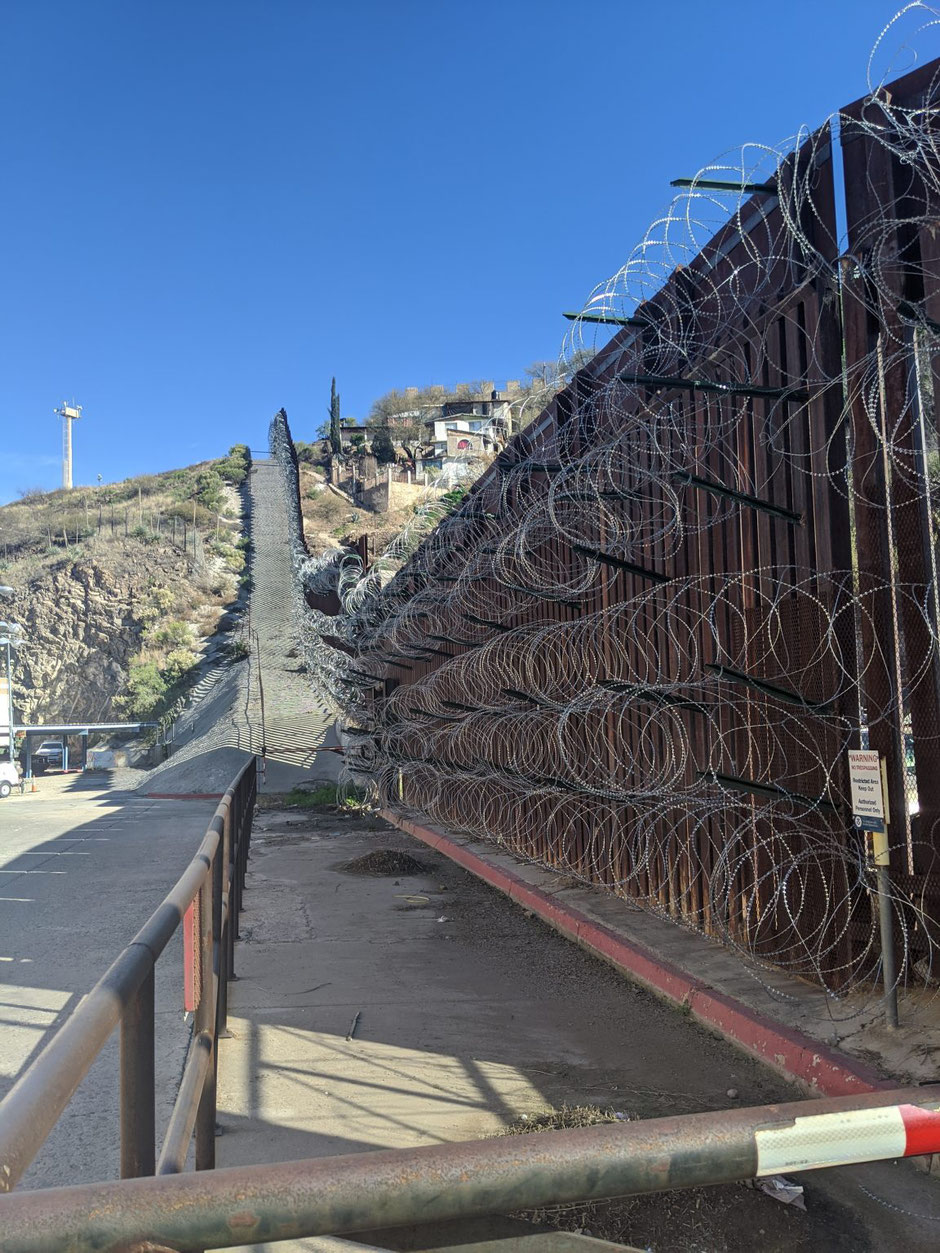 Though the border was tightened in border towns (here in Nogales), the flow of crossings from one country to the other is one of the driving forces of the local economies (photo FMLT, 2020)