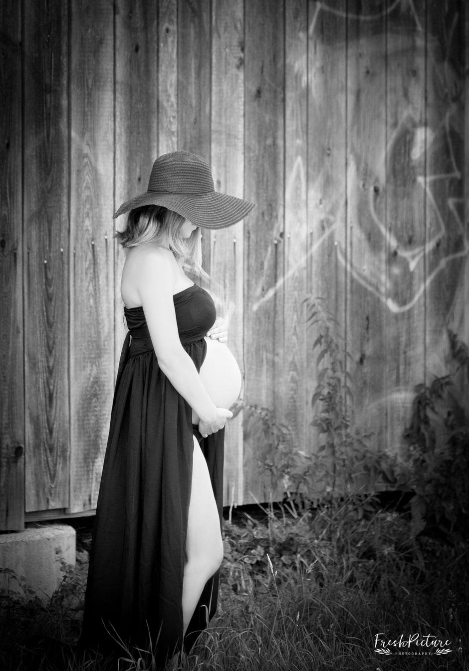 Schwarzes Babybauchkleid in cooler und moderner Location