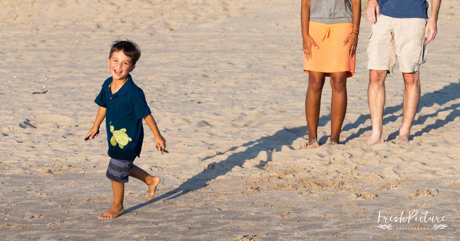 Mama, Papa und Kleinkind am Beach