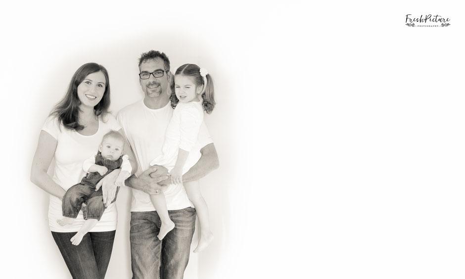 Familienportrait vor weissem Hintergrund in sepia