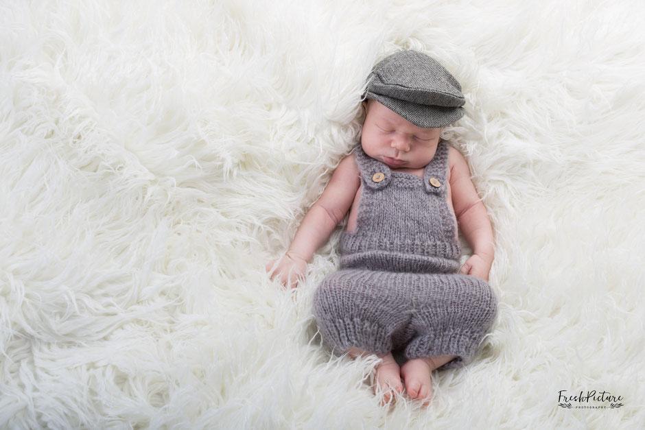 Babyfotos auf weissem Fell mit grauem Outfit in Baden-Baden