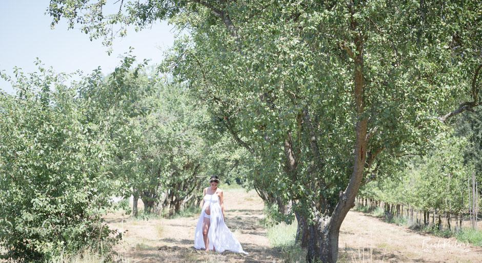 Babybauch Foto Session in weißem Kleid im Ortenaukreis