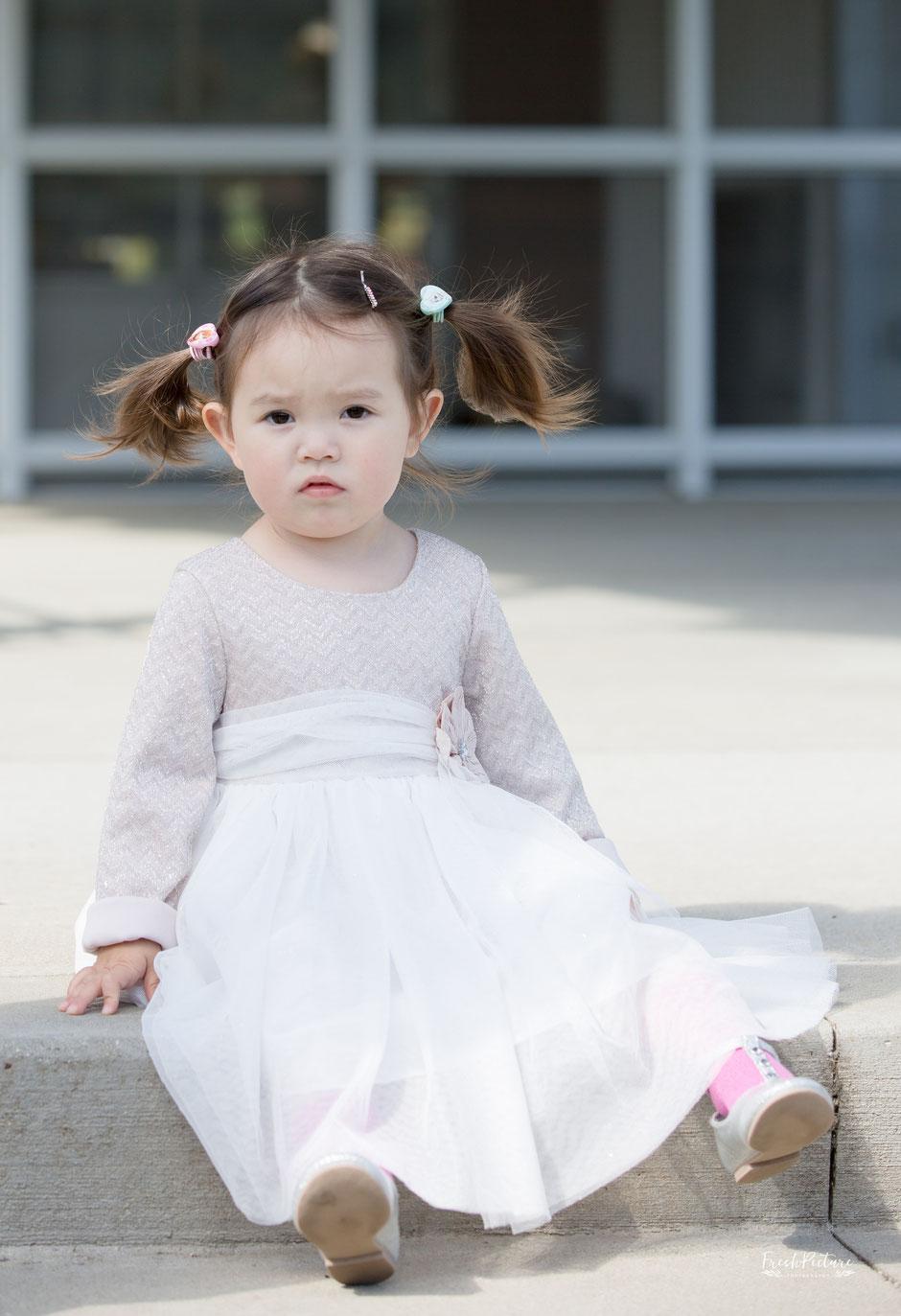 Kinderbild Mädchen mit süssem Kleid Freiburg