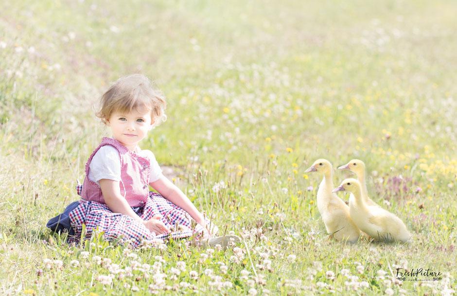 Kinderfoto, 2 Jahre alt, mit Entenkinder im Dirndl