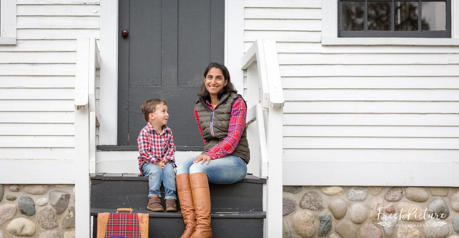 Landhaus Style fürs Familienfotos mit Karobluse und Karohemd