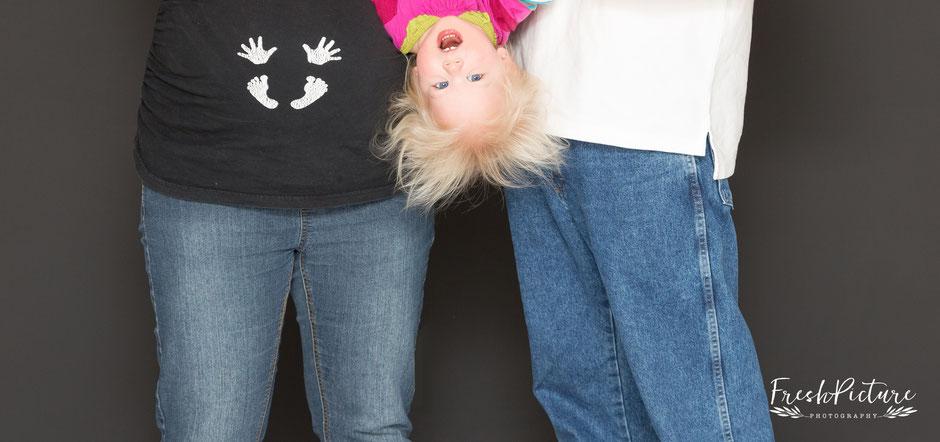 Lustige Schwangerschaftsfoto mit Geschwister in Karlsruhe