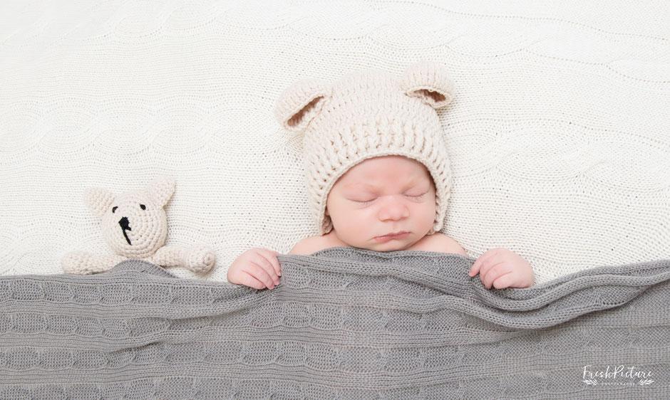 Baby mit kleinem Teddybär