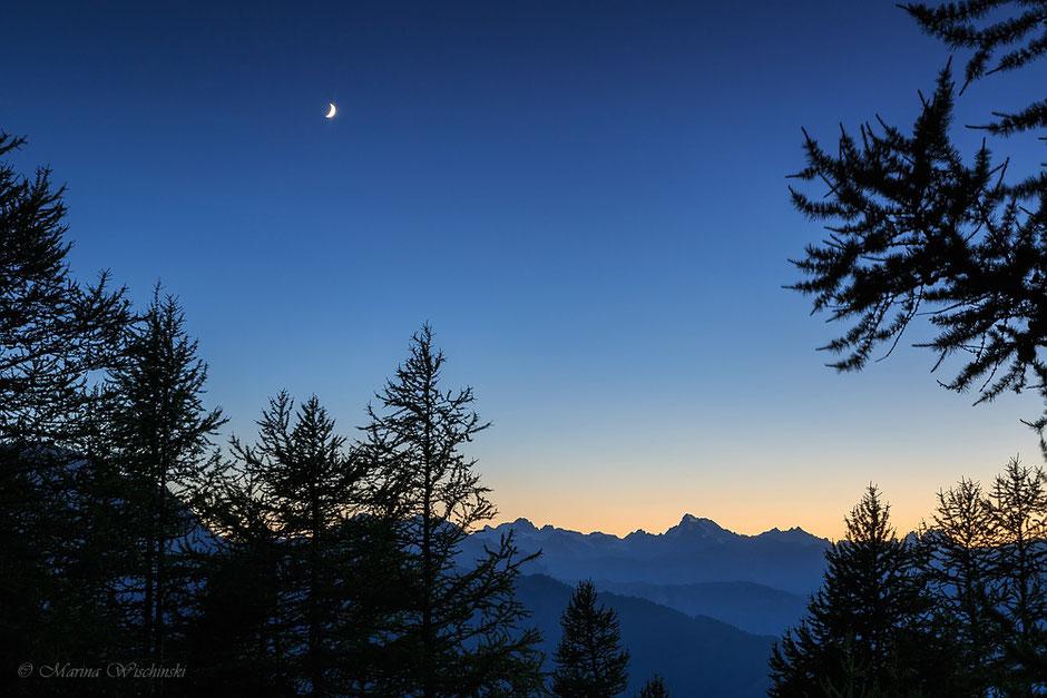 Sichelmond über den Bergen