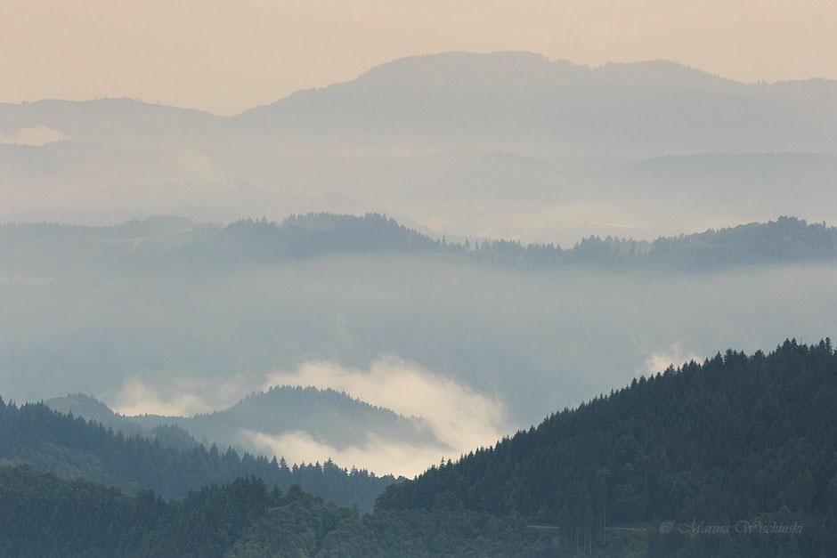 Ein Hauch von Licht über dem Nebel