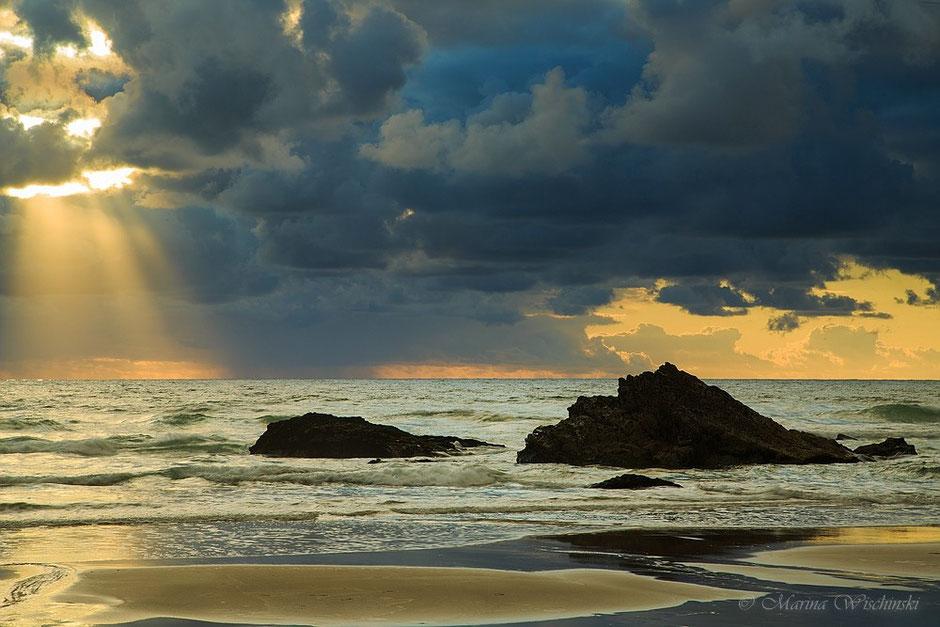 Dunkle Wolken an der Atlantikküste Großbritanniens...