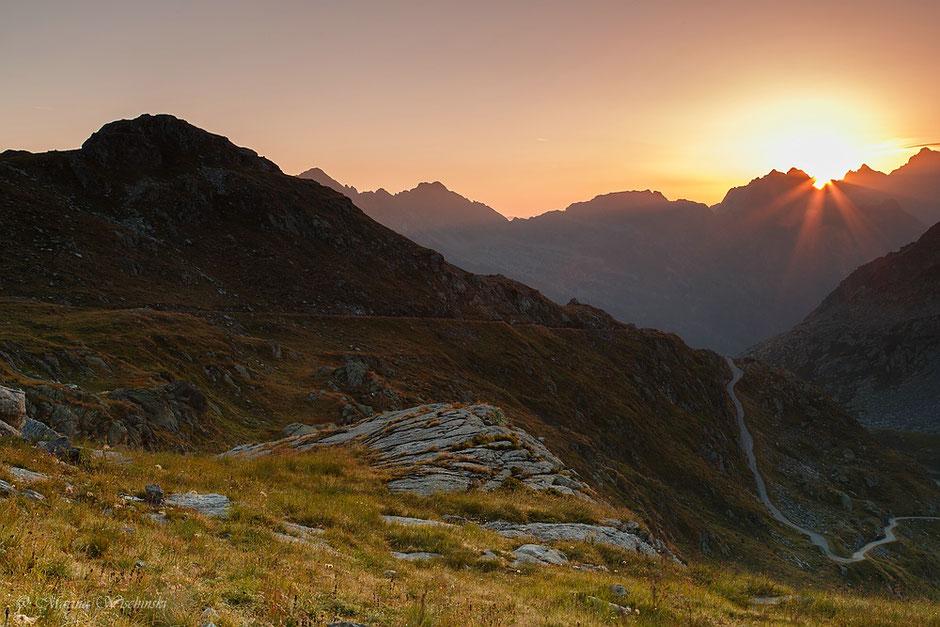Der Tag erwacht - Sonnenaufgang in den Bergen