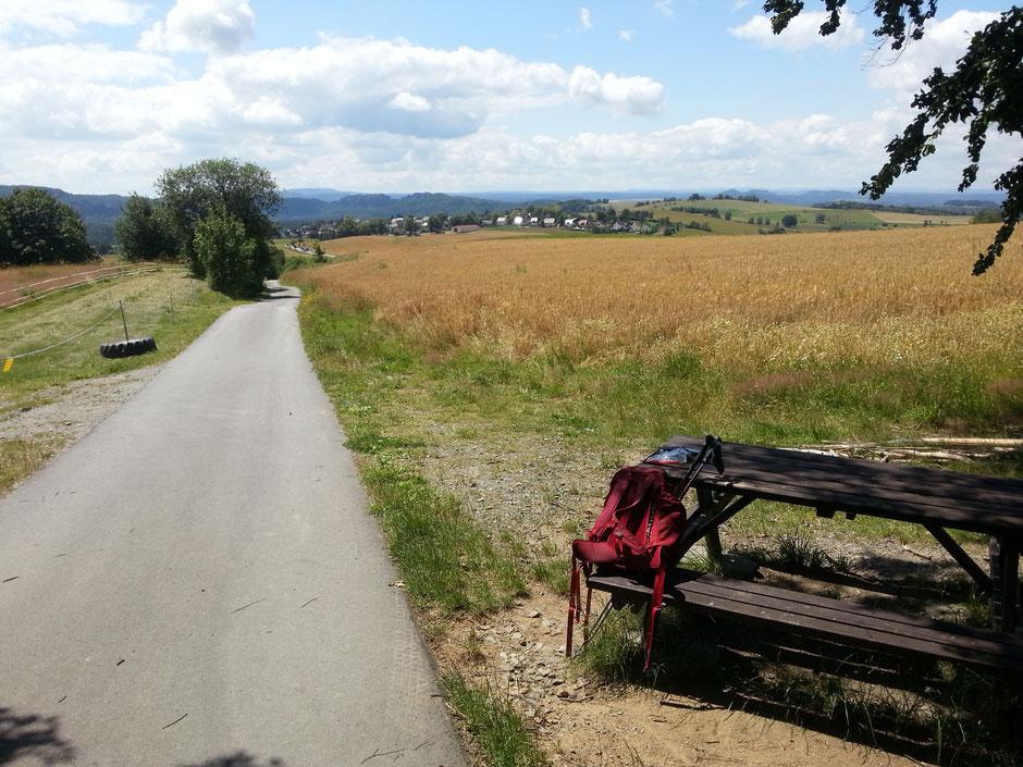 Raststelle vor der Hochbuschkuppe am Panoramaweg nach Sebnitz