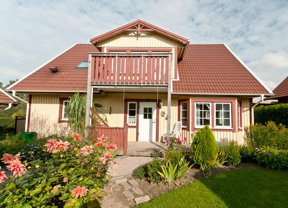 Referenzhaus Modell Malmö 130 mit Balkon und Eingangsterrasse von Berg-Schwedenhaus