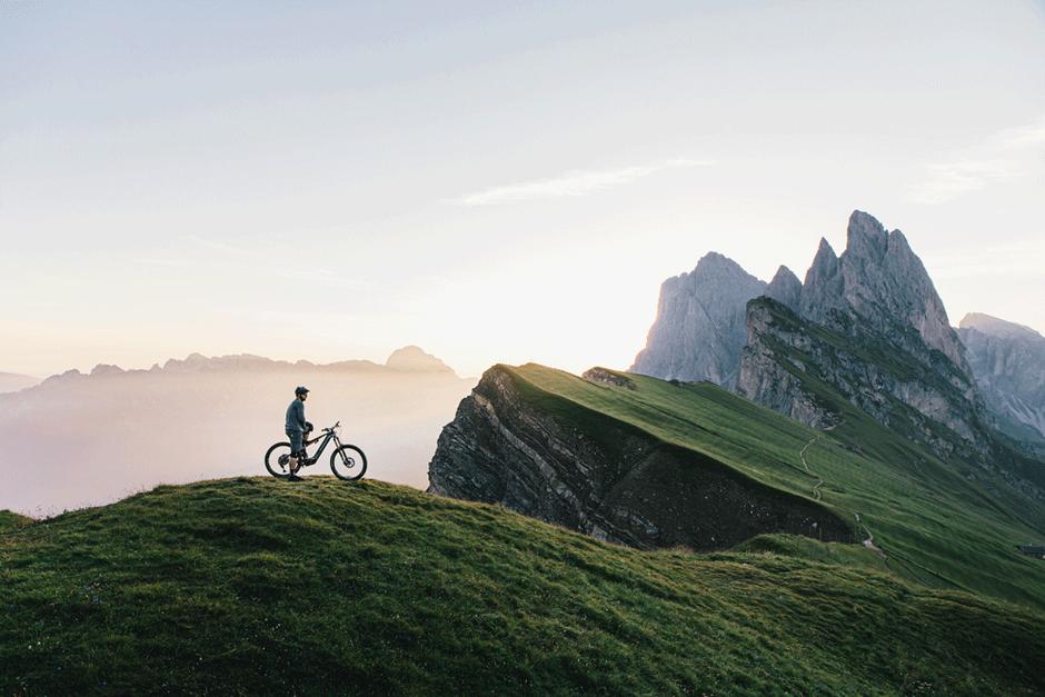 Fahrer mit dem M1 Erzberg in den Bergen bei Sonnenuntergang