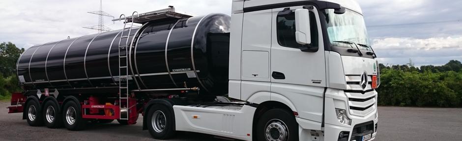 Berufskraftfahrer bei Bitter KG Tanklastwagen Gefahrgut Tankwagen in Seitenansicht