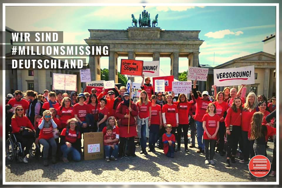 Protest am 12.05.2018, dem internationalen ME/CFS-Tag, in Berlin vor dem Alten Museum mit dem Motto #MillionsMissing auf roten Regenschirmen