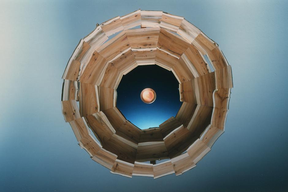 """""""New Dawn"""", Durchmesser 60 cm. Material: Eibenholz, Spiegel und Dia der Rose."""