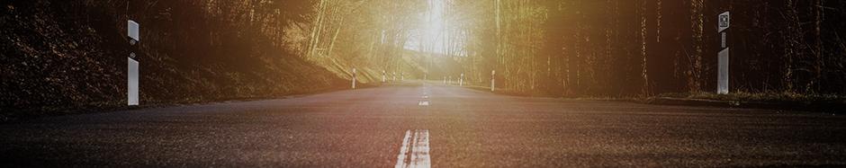 freie Landstraße mit Blick in die Sonne