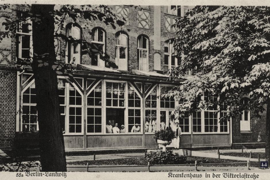 Die Kuranstalt Berolinum an der Lankwitzer Leonorenstraße. Eine alte Postkarte des Kommunal - Krankenhauses mit Blick auf die Holzveranda.