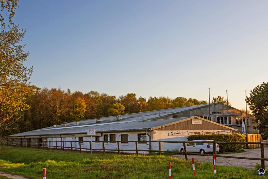 Ländlicher Reiterverein Lichtenrade am Schichauweg. Ansicht der Stallungen und der Reithalle.