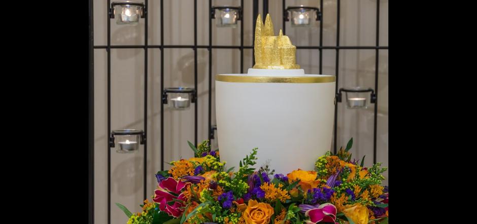 wertvolle Urne für die Feuerbestattung mit vergoldetem Dom zu Köln